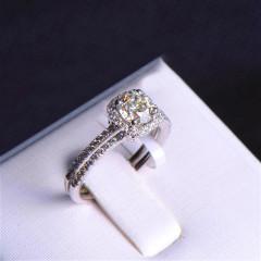 唐婉珠宝18K金钻石 金重3.38g 主石重0.70ct(克拉)净度VVS / IJ  戒指