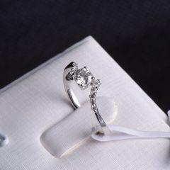 唐婉珠宝18K金钻石戒指  金重1.60g 主石重0.30ct(克拉)净度VS1/E 钻石