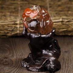 天然红发晶俏色灵猴献寿摆件,无瑕疵无优化,纯手工雕刻