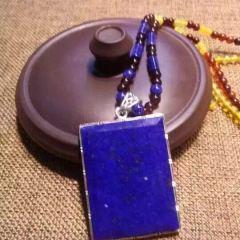 虹润珠宝商行  天然青金石平安无事牌子吊坠毛衣链,搭配彩虹琥珀,925银子包边,设计独特,优惠价