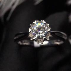 極美4c完美切工莫桑鉆石戒指 18k白金鑲嵌 裸石規格:5.3*5.3mm 重量:2.8g  裸石: