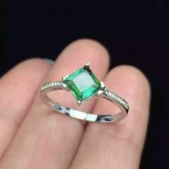 18k碧玺戒指   独特的对边镶嵌 火彩满满  造型新颖独特上手更漂亮哦