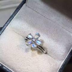 独家爆款玻璃体蓝月光,纯银镀金花型戒,戒指 灯下都有美美的蓝光效应!简约的设计更加提现美和真性情,