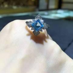 新款天然蓝托帕石戒指,925银镀白金色,活口戒圈,主石方6毫米,简单大方